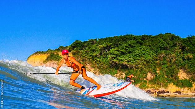 stage de sup dans les vagues au brésil