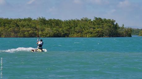 kite sur la lagune à Tibau au Brésil