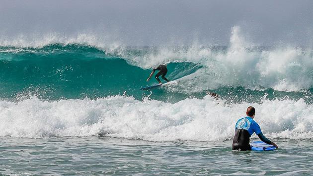 Progressez en surf dans les vagues de Fuerte aux Canaries