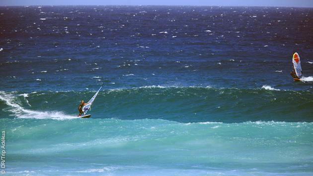 windsurf dans les vagues à Cape Town