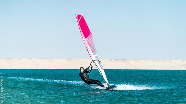 Porgressez en windsurf sur la lagune de Dakhla au Maroc