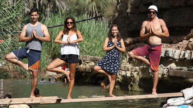 Séance de yoga après une journée de surf dans les vagues marocaines